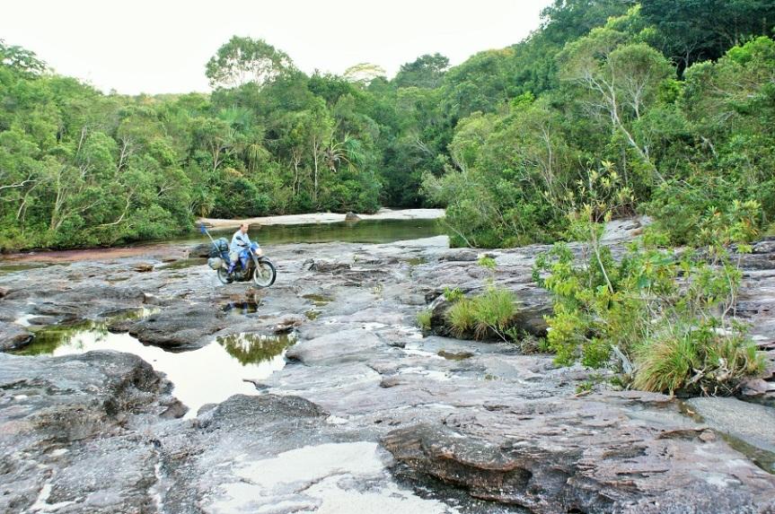 Cruzando Caño Cristales cerca de La Macarena
